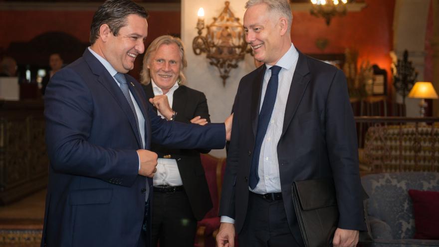 José Julián Mena, alcalde de Arona, y Simon Manley, embajador de Reino Unido en España, este lunes en Arona
