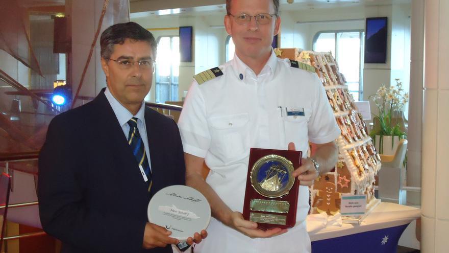 Carlos Concepción entregó una metopa al capitán del crucero.