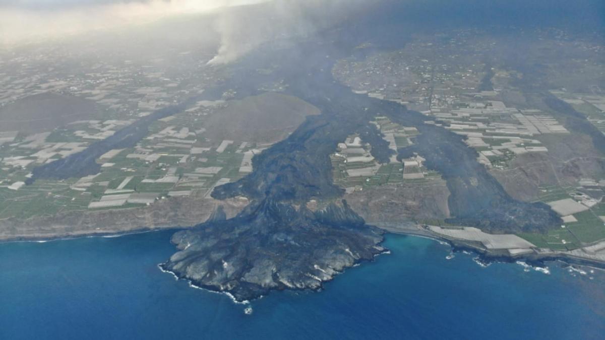 Imagen de este martes de la zona afectada por la lava del volcán de La Palma y la fajana que va creando en la costa de Tazacorte.