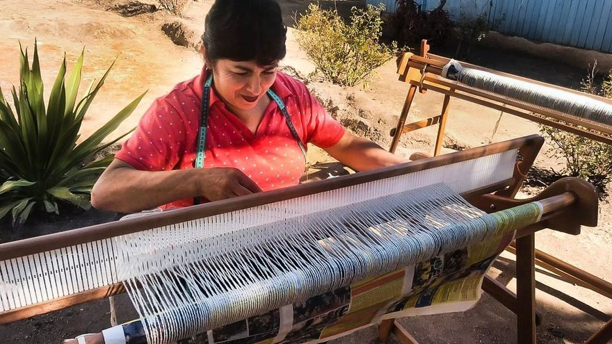 Artesanos latinoamericanos bordan, pintan y tallan para paliar el coronavirus