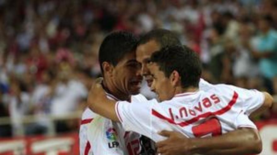 Renato y Navas celebran con Luis Fabiano el tanto del delantero brasileño. (EP)