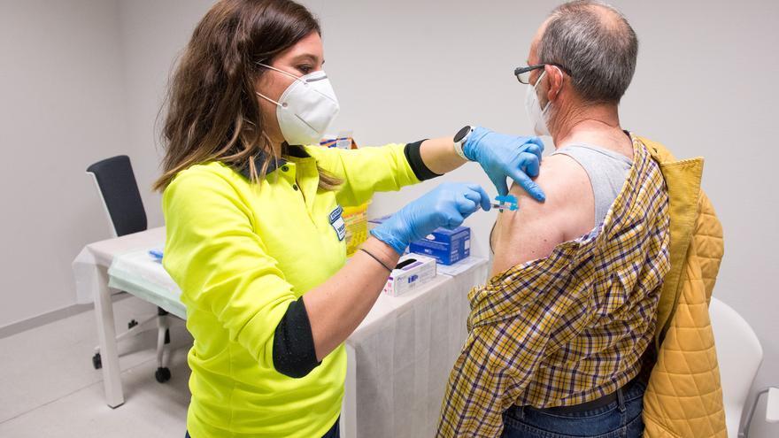 Castilla-La Mancha incluirá a los mayores de 65 años en la inoculación de la tercera dosis de la vacuna contra la COVID
