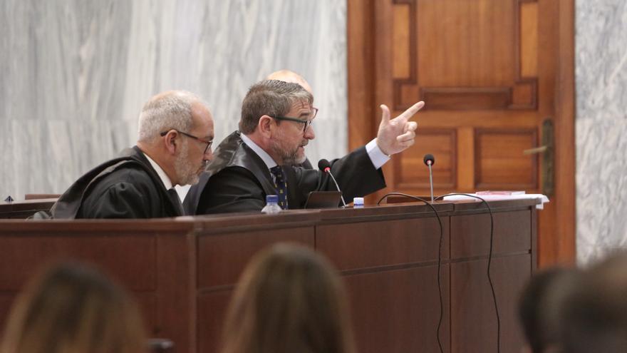 El juez Salvador Alba (centro), junto a sus abogado en la primera sesión del juicio en su contra.