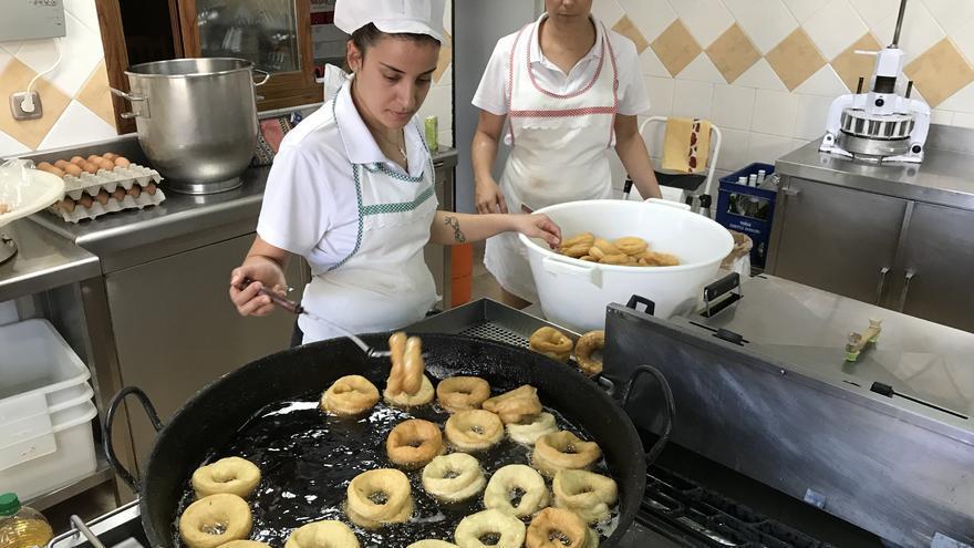 Dos empleadas de Conchita trabajan en el obrador.