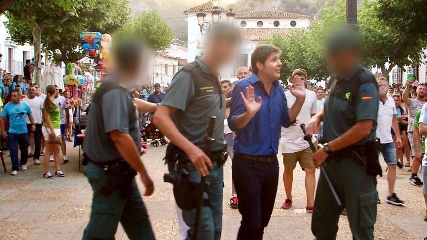 Durante la grabación de 'La Línea Roja', el periodista Jesús Cintora es protegido por agentes de la Guardia Civil de agresiones taurinas