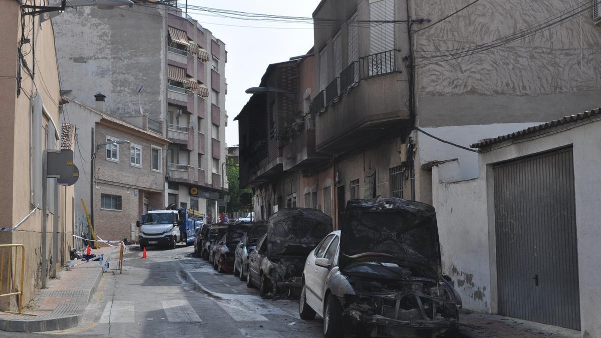 Imagen de los vehículos y viviendas afectadas por el incendio