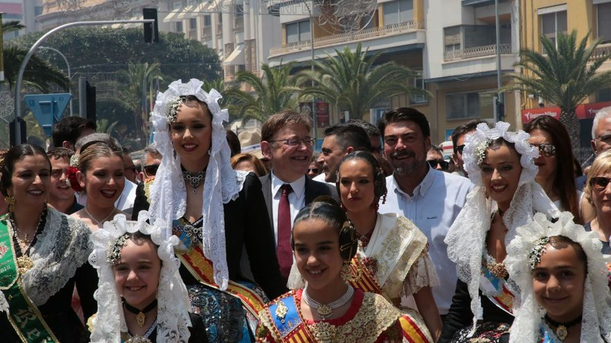 El president Ximo Puig junto al alcalde de Alicante, Luis Barcala (PP), y las representantes de las Fogueres, las Fallas y la Magdalena