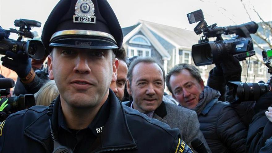 Kevin Spacey escoltado por la policía a su llegada al tribunal de Nuntucket (EEUU).
