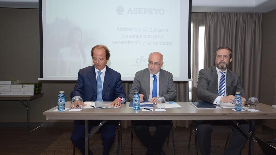 El subdirector general de Asepeyo, Jorge Vilanova Martinez-Frias,.el Presidente del Cabildo de Gran Canaria, Antonio Morales Méndez y el director de la Catedra Asepeyo Cuidado de Grandes Dependientes, Mario Aquino.