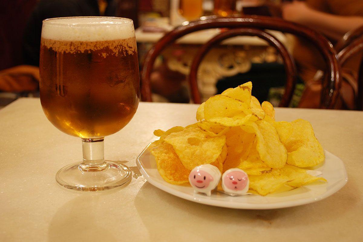 Cerveza patatitas y Humberts_Malasaña a mordiscos_Manuela