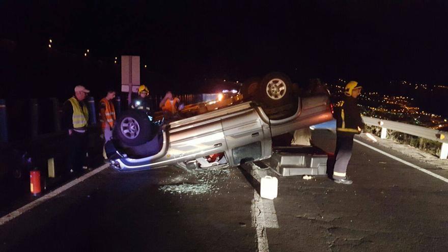 En la imagen, uno de los vehículos del accidente. Foto. BOMBEROS LA PALMA.