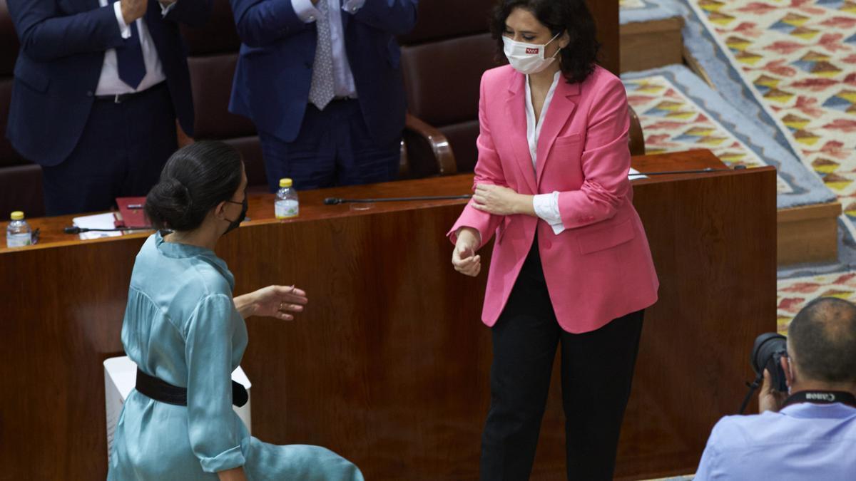 La presidenta de la Comunidad de Madrid, Isabel Díaz Ayuso, y la portavoz de Vox, Rocío Monasterio, durante el debate de investidura.