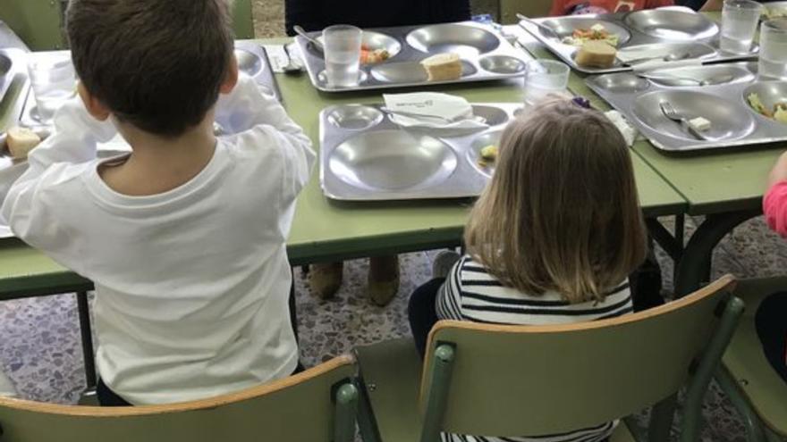 Niños en un comedor escolar.
