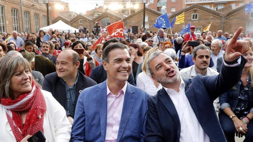 Sánchez, acompañado de la alcaldesa de L'Hospitalet, Nuria Marín, y el candidato de Barcelona, Jaume Collboni