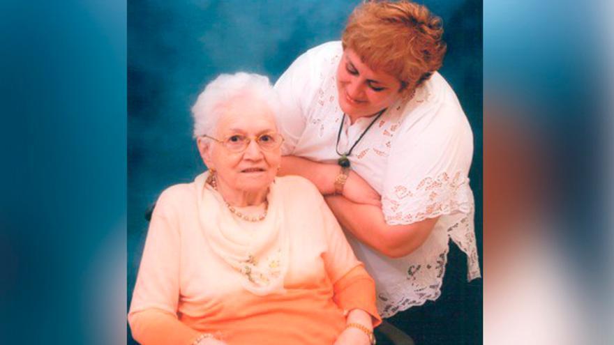 África y su madre, fallecida en 2008.