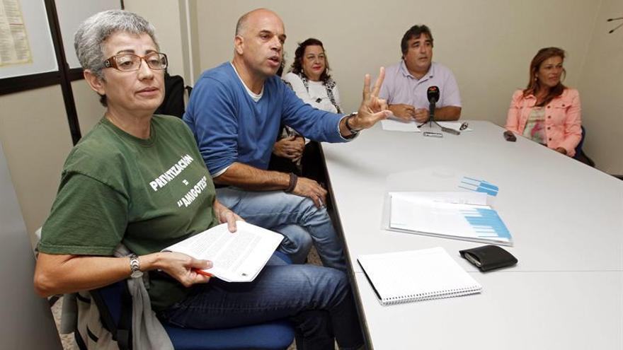 El representante de Intersindical Canaria, Rafael Rodríguez (d), junto a varios representantes de los sindicatos con representación en el Gobierno de Canarias, durante la rueda de prensa que ofrecieron hoy para valorar la oferta que ha hecho el Ejecutivo a los 3.100 empleados públicos interinos, indefinidos y sustitutos a los que el año pasado recortó durante meses el 20 % de jornada y sueldo, para que recuperen el salario que dejaron de percibir a cambio de realizar las horas que no trabajaron. EFE/Elvira Urquijo A.