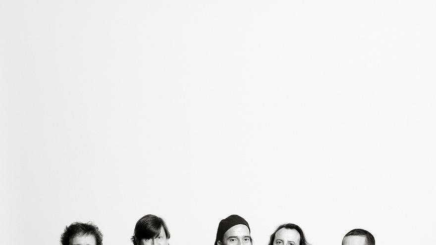 Una foto promocional de Los Secretos, con Álvaro Urquijo en el centro / Foto: Marta Pich.