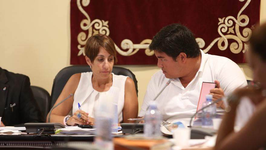 Onalia Bueno y Mencey Navarro en un pleno del Ayuntamiento de Mogán