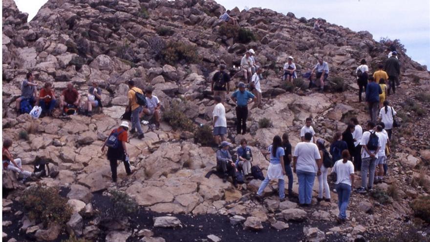 Numeroso grupo de turistas sobre el Roque Teneguía (14-V-2000).