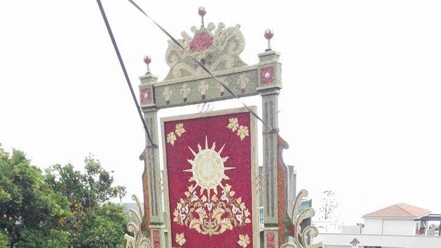 En la imagen, uno de los arcos que, este miércoles,  han levantado y estaban engalando los vecinos de Mazo para la celebración del Corpus Christi este jueves,