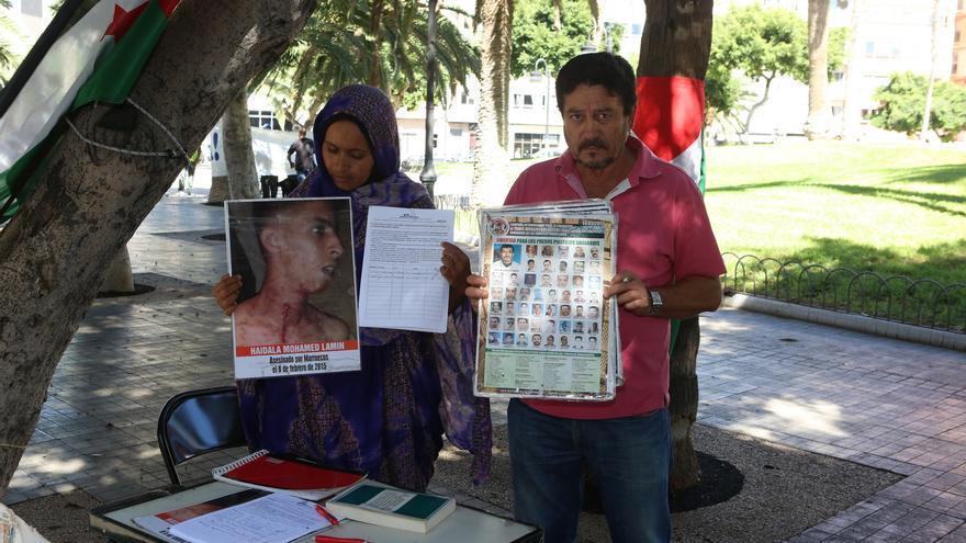 Takbar Haddi, recogiendo firmas frente a la Delegación de Gobierno en Las Palmas de Gran Canaria. (ALEJANDRO RAMOS)