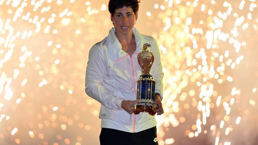 La tenista grancanaria, Carla Suárez, posa con su trofeo tras ganar a Jelena Ostapenko en la final del Torneo de Doha. Efe