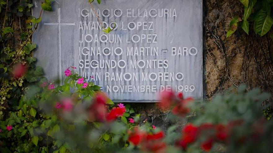 Detalle de una placa en el 'Jardin de la Rosas' en San Salvador, en el lugar donde el 16 de noviembre de 1989, un grupo de militares asesinó al rector de la Universidad Centroamericana (UCA), el español Ignacio Ellacuría, a los sacerdotes de la misma nacionalidad Amando López, Juan Ramón Moreno, Segundo Montes e Ignacio Martín Baró, así como al salvadoreño Joaquín López y López.