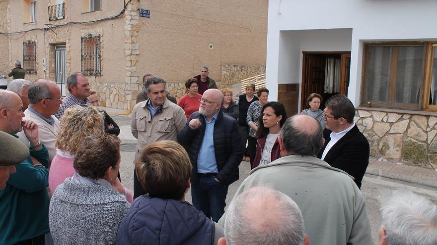El delegado de la Junta en Albacete, Pedro Antonio Ruiz Santos, se ha reunido con los vecinos y regantes de la zona.