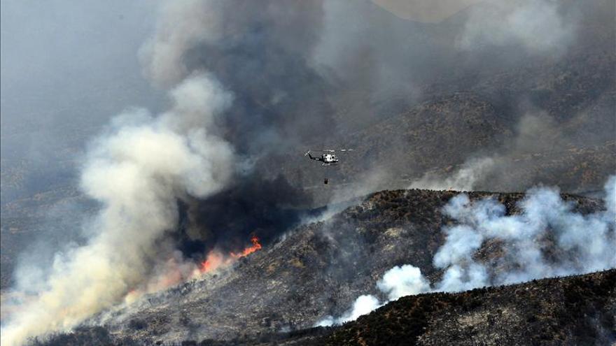 El incendio en el sur de California amenaza a más de 4.000 viviendas