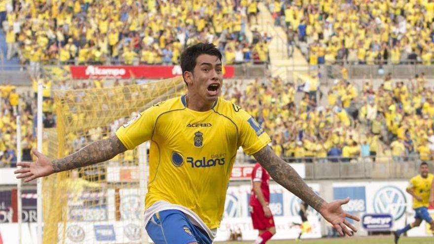 El delantero argentino de la UD Las Palmas, Sergio Araujo celebra su gol. EFE/Ángel Medina G.