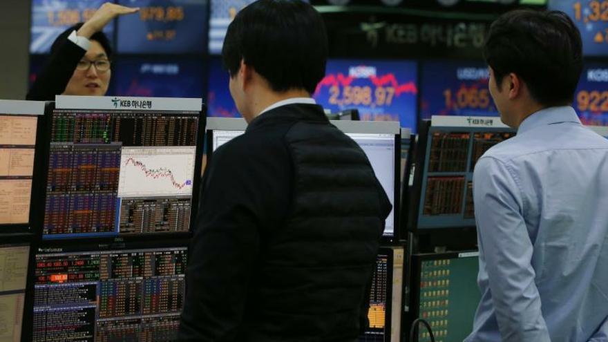 Varios agentes de bolsa surcoreanos trabajan en el KEB Hana Bank de Seúl (Corea del Sur).
