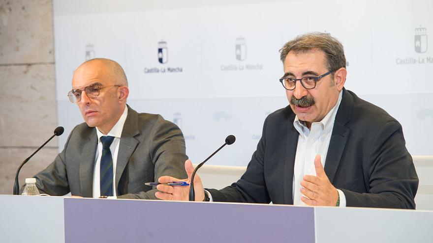 El consejero de Sanidad, Jesús Fernández Sanz (derecha), y el director general de Salud Pública, Juan Camacho