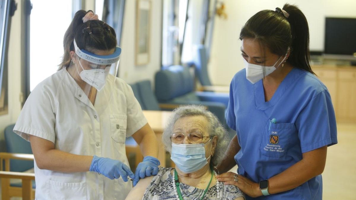 Una usuaria de la residencia Oms-Sant Miquel, en Palma, recibe la tercera dosis de la vacuna contra la COVID-19