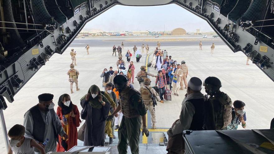 El primer avión con los repatriados de Afganistán llegará mañana a España