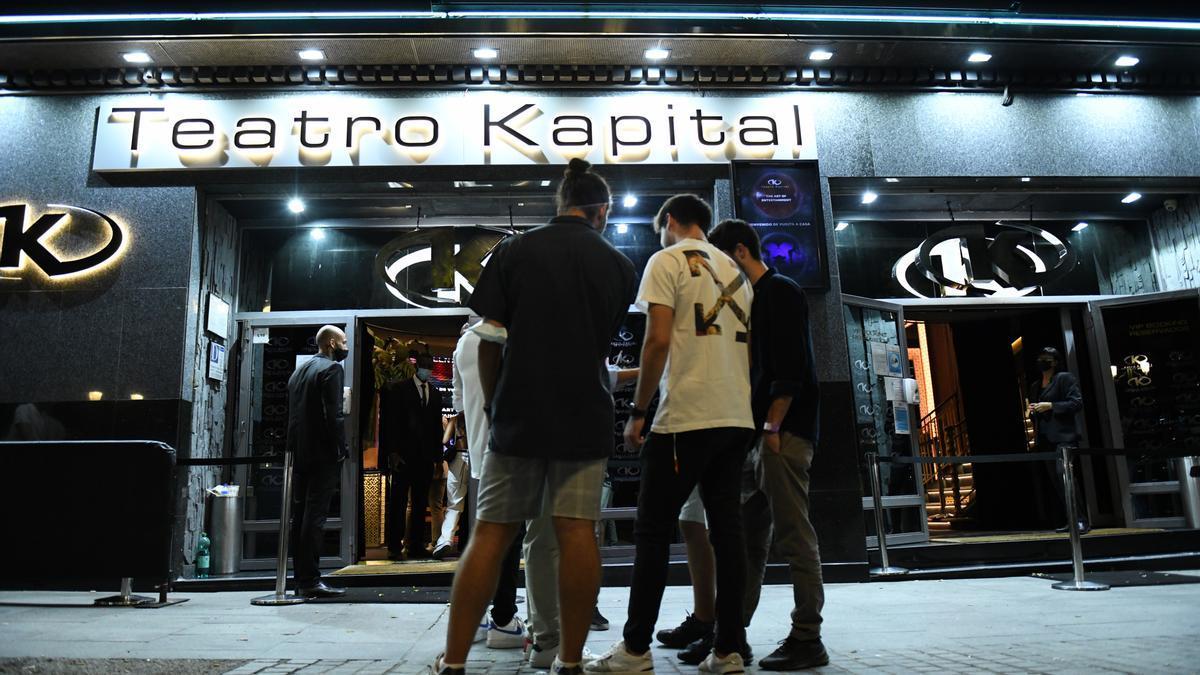Entrada de la discoteca 'Teatro Kapital' en el primer día en el que estos establecimientos pueden abrir hasta las 6 de la mañana.