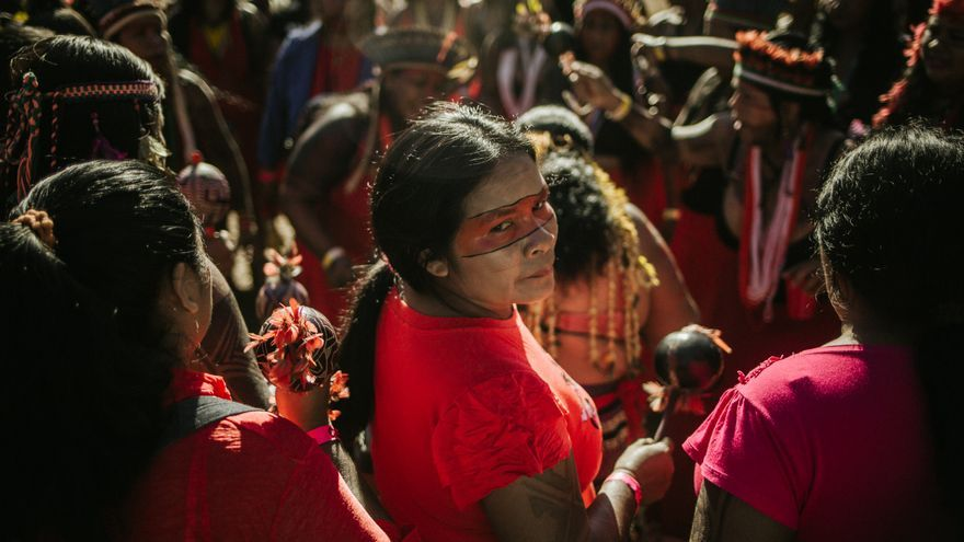 Miembros de una comunidad indígena brasileña protestan contra la política ambiental del presidente Jair Bolsonaro.