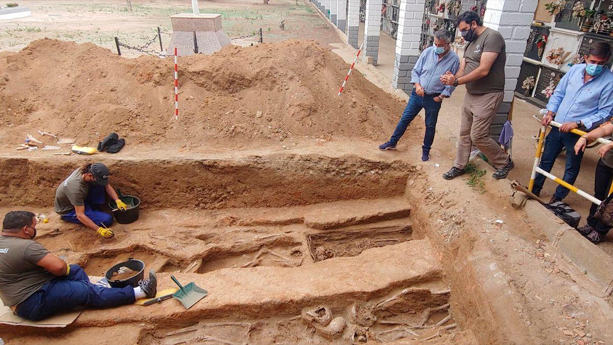 Exhumación de las fosas de represaliados en el cementerio de Hinojosa del Duque.