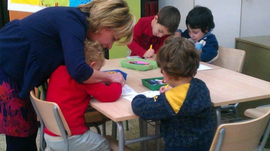 La consejera de Educación, Dolores Serrat, visitando un colegio público. Foto: Gobierno de Aragón