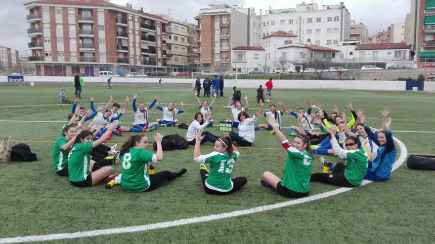 Las jugadoras de ambos conjuntos realizaron una sentada en señal de protesta.