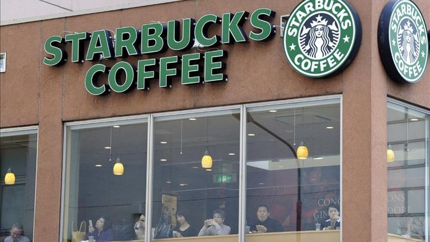 Mil personas hace fila por la apertura de un nuevo Starbucks en Japón
