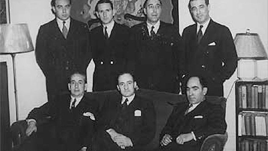 José Antonio Aguirre, en el centro sentado, en la delegación del Gobierno de Euzkadi en Nueva York. Foto: Fundación Sabino Arana