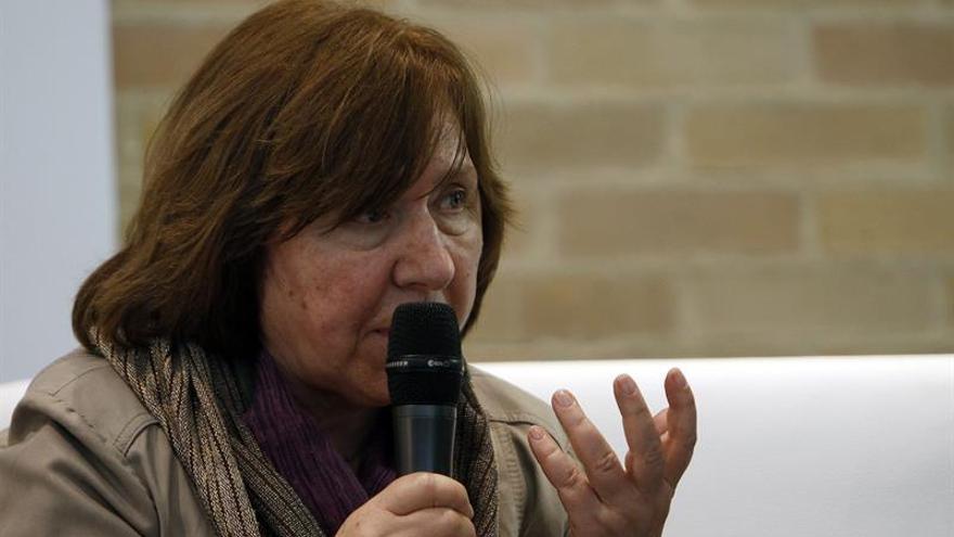 Aleksiévich, Knausgard y Welsh encabezarán la mayor feria literaria de Brasil