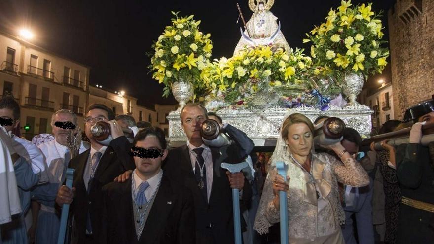 El presidente de la Junta, el máximo responsable del Parlamento y la alcaldesa de Cáceres, portando la imagen de la Virgen de la Montaña / GobEx