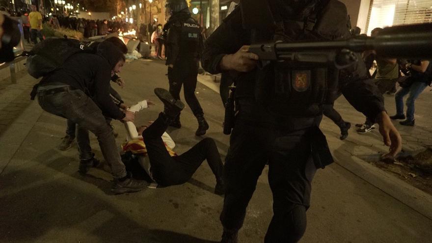 Cargas de los Mossos en Barcelona en la segunda jornada de protestas contra la sentencia