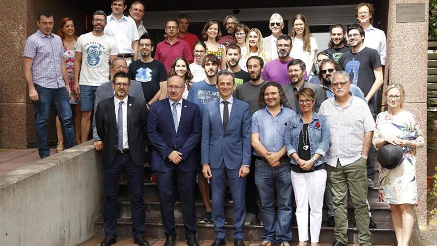 El ministro Pedro Duque, en una imagen con parte del equipo del IAC, en La Laguna este martes