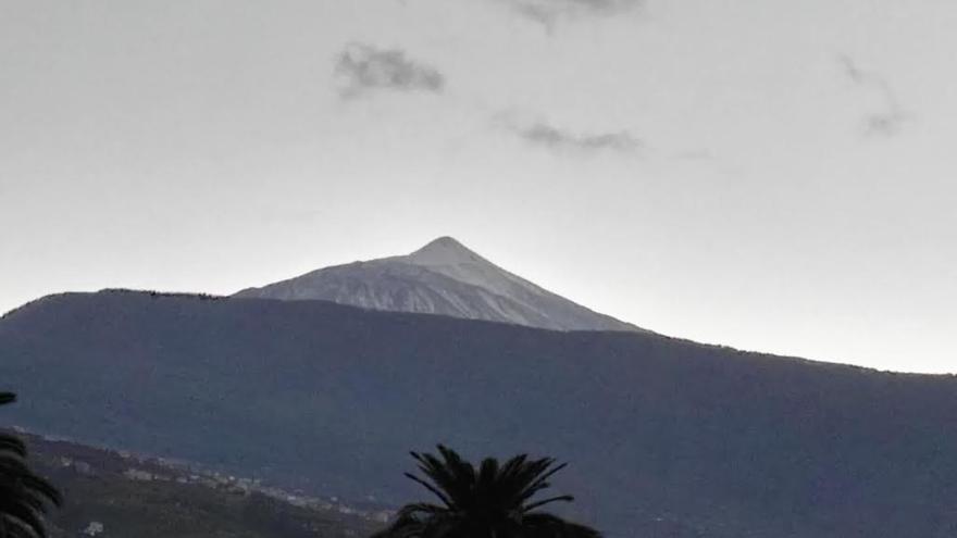 El Teide, como estaba previsto, apareció nevado a última hora de la tarde por el norte