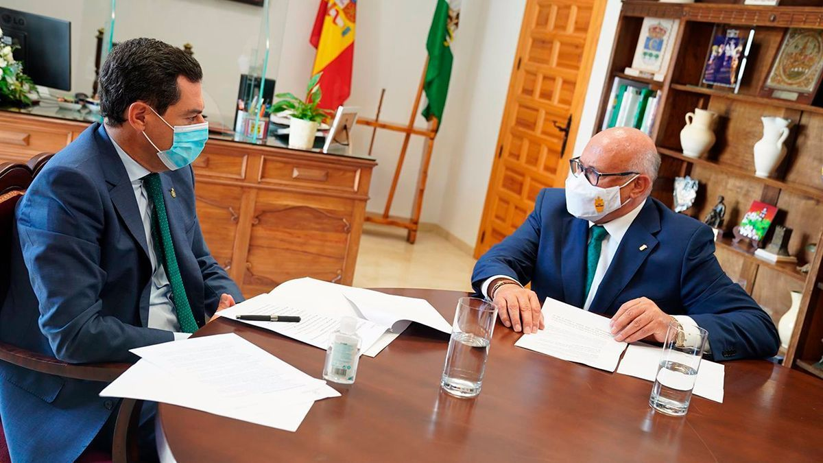 El presidente de la Junta de Andalucía, Juanma Moreno, en una reunión el pasado julio con Jorge Jiménez en La Rambla (Córdoba).