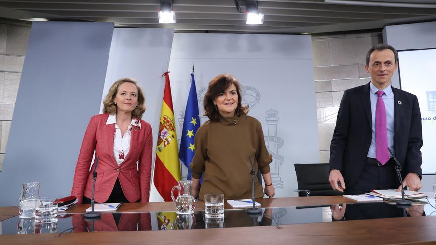 La ministra de Economía, Nadia Calviño (i), junto a la viceprensidenta, Carmen Calvo, y el ministro de Ciencia, Pedro Duque.