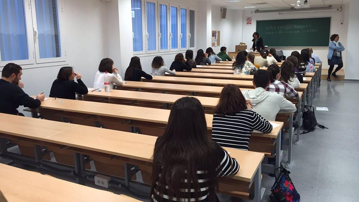 Alumnos durante un examen en una imagen de archivo