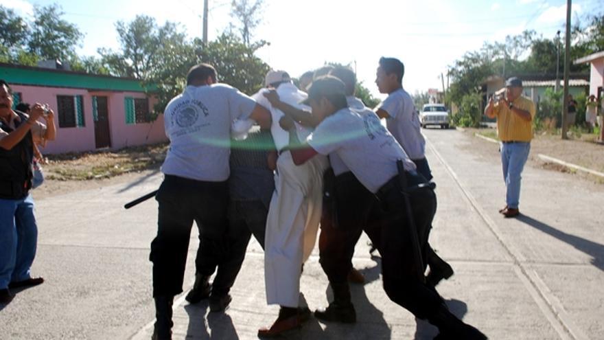La policía municipal detuvo al padre Solalinde Father Solalinde en la ciudad de Ixtepec, estado de Oaxaca, Mexico, 10 de enero de 2007 © Martha Izquierdo